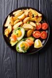 Αβοκάντο Crockpot που γεμίζεται με τα αυγά και το σολομό, τις ντομάτες και το pota Στοκ Φωτογραφίες