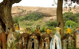 Αγάλματα αλόγων με το λόφο σε έναν ινδικό του χωριού ναό σύνθετο Στοκ Εικόνες