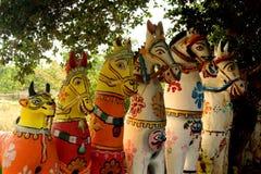 Αγάλματα αλόγων σε έναν ινδικό του χωριού ναό σύνθετο Στοκ φωτογραφία με δικαίωμα ελεύθερης χρήσης