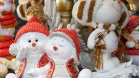 Αγάλματα παιχνιδιών Χριστουγέννων και του νέου έτους υπό μορφή αγγέλων, ελάφια, χιονάνθρωποι στα καπέλα Άγιου Βασίλη που περιστρέ απόθεμα βίντεο