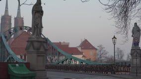 Αγάλματα στη γέφυρα Tumski στην Πολωνία απόθεμα βίντεο