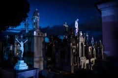 Αγάλματα Jejus στις μπλε φωτισμένες ταφόπετρες κατά τη διάρκεια της αυγής στο στρατηγό Cementerio στο Μέριντα, Μεξικό στοκ εικόνα