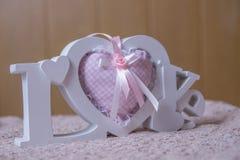 Αγάπη λέξης και ρόδινες χειροποίητες καρδιές Στοκ φωτογραφίες με δικαίωμα ελεύθερης χρήσης