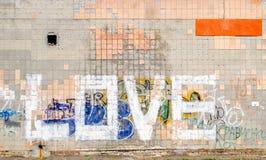 Αγάπη λέξης σε έναν κεραμωμένο τοίχο Στοκ φωτογραφία με δικαίωμα ελεύθερης χρήσης