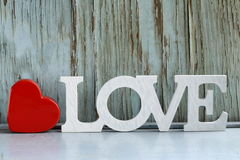 Αγάπη λέξης φιαγμένη από άσπρες ξύλινες επιστολές Στοκ Φωτογραφία