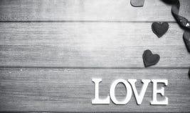 Αγάπη λέξης φιαγμένη επάνω από άσπρες ξύλινες επιστολές σε ένα ξύλινο υπόβαθρο Στοκ εικόνα με δικαίωμα ελεύθερης χρήσης