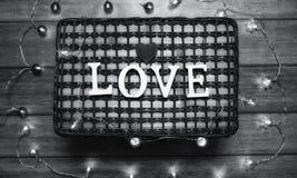 Αγάπη λέξης φιαγμένη επάνω από άσπρες ξύλινες επιστολές σε ένα ξύλινο υπόβαθρο Στοκ Φωτογραφίες