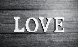 Αγάπη λέξης φιαγμένη επάνω από άσπρες ξύλινες επιστολές σε ένα ξύλινο υπόβαθρο Στοκ φωτογραφία με δικαίωμα ελεύθερης χρήσης