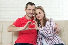 αγάπη αέρα Κινηματογράφηση σε πρώτο πλάνο του ζεύγους που κάνει τη μορφή καρδιών με το εκτάριο Στοκ φωτογραφία με δικαίωμα ελεύθερης χρήσης