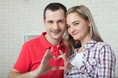 αγάπη αέρα Κινηματογράφηση σε πρώτο πλάνο του ζεύγους που κάνει τη μορφή καρδιών με το εκτάριο Στοκ εικόνα με δικαίωμα ελεύθερης χρήσης