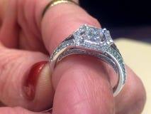 Αγάπη δαχτυλιδιών αρραβώνων για πάντα Στοκ εικόνα με δικαίωμα ελεύθερης χρήσης