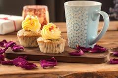 Αγάπη βαλεντίνων του ST cupcakes με τις κόκκινες καρδιές και τη βουτύρου κρέμα Στοκ φωτογραφία με δικαίωμα ελεύθερης χρήσης