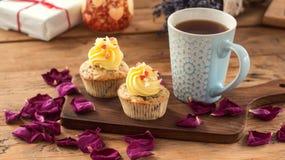 Αγάπη βαλεντίνων του ST cupcakes με τις κόκκινες καρδιές και τη βουτύρου κρέμα Στοκ Φωτογραφία