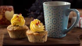 Αγάπη βαλεντίνων του ST cupcakes με τις κόκκινες καρδιές και τη βουτύρου κρέμα Στοκ Φωτογραφίες