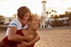 Αγάπη γέλιου piggyback το ζεύγος Στοκ Εικόνες
