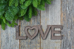 Αγάπη για το κείμενο Χριστουγέννων με τις βελόνες πεύκων Στοκ φωτογραφία με δικαίωμα ελεύθερης χρήσης