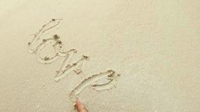 Αγάπη γραψίματος στην άμμο απόθεμα βίντεο