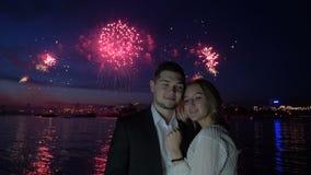Αγάπη, ειδύλλιο, πυροτεχνήματα και αγκάλιασμα του ευτυχούς ζεύγους απόθεμα βίντεο