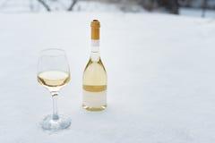 Αγάπη, ειδύλλιο, χειμερινές διακοπές, νέα έννοια εορτασμού έτους Μπουκάλι και ποτήρι του άσπρου κρασιού που καταψύχονται από το χ Στοκ φωτογραφία με δικαίωμα ελεύθερης χρήσης
