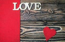 Αγάπη επιστολών που χαράζεται από το ξύλο στο υπόβαθρο Στοκ φωτογραφία με δικαίωμα ελεύθερης χρήσης