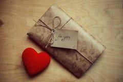 αγάπη επιστολών καρδιών φακέλων Στοκ φωτογραφία με δικαίωμα ελεύθερης χρήσης