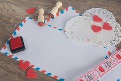 αγάπη επιστολών καρδιών φακέλων Στοκ Φωτογραφία
