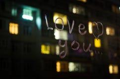 Αγάπη εσείς, κείμενο επιγραφής από το κραγιόν στο γυαλί παραθύρων στη νύχτα άνδρας αγάπης φιλιών έννοιας στη γυναίκα Στοκ Φωτογραφίες