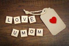 Αγάπη εσείς mom που διατυπώνετε με το κόκκινες σημάδι καρδιών και την ετικέτα εγγράφου Στοκ Εικόνα