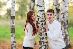 Αγάπη, ευτυχές ζεύγος στο πάρκο με τα δέντρα σημύδων, καλοκαίρι, ήλιοι φθινοπώρου Στοκ Φωτογραφίες