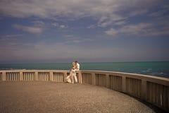 αγάπη ζευγών Γαμήλιο ζεύγος στο πεζούλι Στοκ φωτογραφία με δικαίωμα ελεύθερης χρήσης