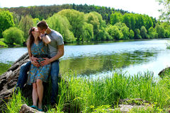 αγάπη ζευγών Δύο εραστές στη φύση Στοκ φωτογραφίες με δικαίωμα ελεύθερης χρήσης