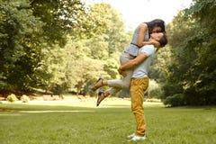 αγάπη ζευγών Ευτυχές φίλημα ζευγών στο πάρκο Στοκ φωτογραφία με δικαίωμα ελεύθερης χρήσης