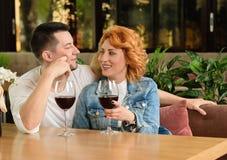 αγάπη ζευγών καφέδων Στοκ φωτογραφίες με δικαίωμα ελεύθερης χρήσης
