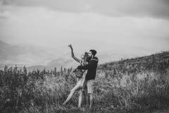 αγάπη ζευγών προκλητική Ρομαντικό ζεύγος στην κορυφή βουνών Στοκ εικόνες με δικαίωμα ελεύθερης χρήσης