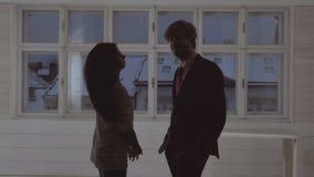 αγάπη ζευγών το αισθησιακό ζεύγος ζευγών έχει τη σοβαρή συνομιλία το ζεύγος μιλά ο ένας στον άλλο απόθεμα βίντεο
