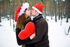 αγάπη ζευγών Χριστουγένν&omega Στοκ Φωτογραφίες