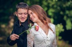 Αγάπη και αγάπη μεταξύ ενός νέου ζεύγους Στοκ εικόνες με δικαίωμα ελεύθερης χρήσης