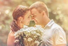 Αγάπη και αγάπη μεταξύ ενός νέου ζεύγους Στοκ Εικόνα