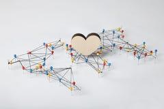 Αγάπη και ειρήνη στον κόσμο Καρδιά στο υπόβαθρο του χάρτη στοκ φωτογραφία με δικαίωμα ελεύθερης χρήσης