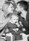 Αγάπη και εμπιστοσύνη στην οικογένεια Γενειοφόροι άνδρας και γυναίκα με το μικρό κορίτσι r Ημέρα για να γιορτάσει την αγάπη τους  στοκ εικόνα