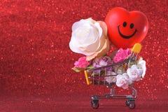Αγάπη και ευτυχές σύμβολο καρδιών τριαντάφυλλων ημέρας βαλεντίνων ζωηρόχρωμο και κόκκινο στο κάρρο αγορών στοκ εικόνες