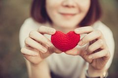 Αγάπη και καρδιές που δίνουν την αγάπη και την προσοχή από κοινού Στοκ φωτογραφίες με δικαίωμα ελεύθερης χρήσης