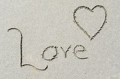 Αγάπη και μορφή καρδιών στην ωκεάνια άμμο παραλιών Στοκ εικόνες με δικαίωμα ελεύθερης χρήσης