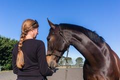 Αγάπη κατάρτισης τροφών γυναικών αλόγων υπαίθρια στοκ φωτογραφία με δικαίωμα ελεύθερης χρήσης