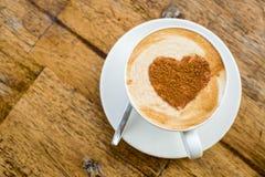 αγάπη καφέ Φλυτζάνι του φρέσκου cappuccino με το σημάδι καρδιών Στοκ φωτογραφία με δικαίωμα ελεύθερης χρήσης