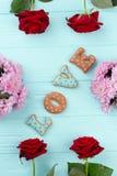 Αγάπη λέξης στο φρέσκο πλαίσιο λουλουδιών Στοκ Εικόνα