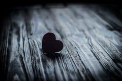 Αγάπη μέσων καρδιών που βάζει παλαιό σε ξύλινο Στοκ Εικόνες