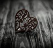 Αγάπη μέσων καρδιών που βάζει παλαιό σε ξύλινο Στοκ Φωτογραφία