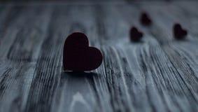 Αγάπη μέσων καρδιών που βάζει παλαιό σε ξύλινο Στοκ Εικόνα