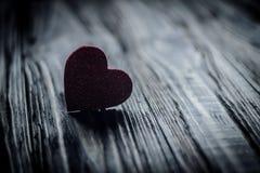 Αγάπη μέσων καρδιών που βάζει παλαιό σε ξύλινο Στοκ φωτογραφία με δικαίωμα ελεύθερης χρήσης